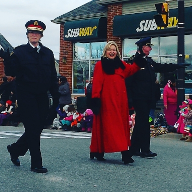 Peel Police Chief Jennifer Evans and Mayor Bonnie Crombie take part in the Mississauga Santa Claus Parade. Photo: Kelly Roche/QEW South Post