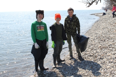Volunteers help clean up the Rattray Marsh in south Mississauga. (Photo: Credit Valley Conservation)