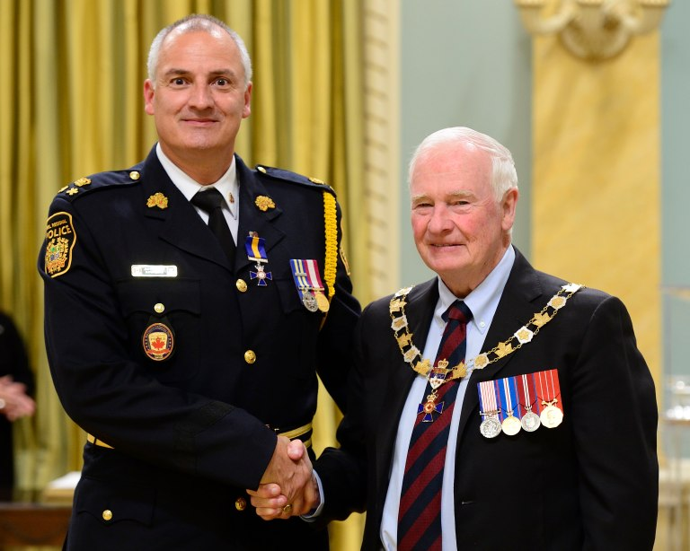 Governor General David Johnston presents the Member (M.O.M.) insignia of the Order of Merit of the Police Forces to Peel's Deputy Chief David Jarvis on Friday, Sept. 16, 2016. Johnston bestowed the honour on one Commander, four Officers and 46 Members. (Photo: MCpl Vincent Carbonneau, Rideau Hall © OSGG, 2016).