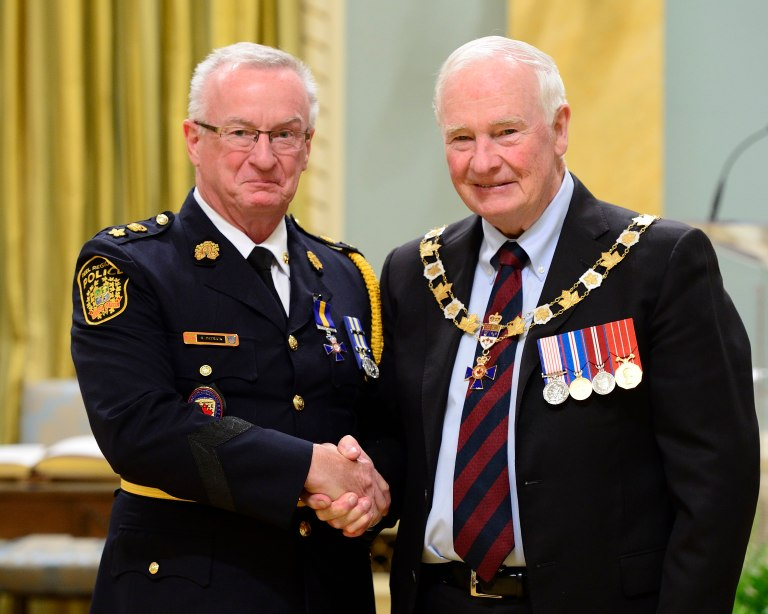 His Excellency presents the Member (M.O.M.) insignia of the Order of Merit of the Police Forces to Peel's Staff Supt. Randall Patrick on Friday, Sept. 16, 2016. (Photo: MCpl Vincent Carbonneau, Rideau Hall © OSGG, 2016)